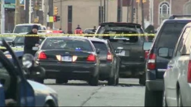 Detroit police officers shot 2