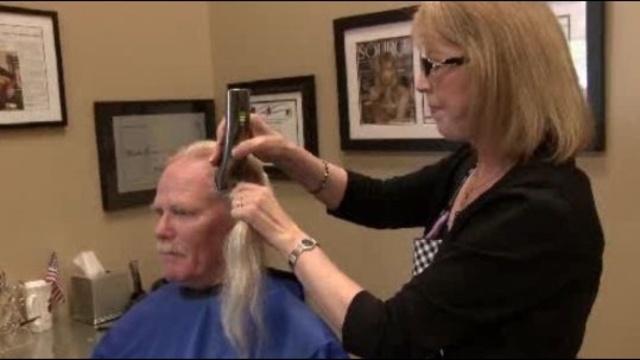 Dunbar-cuts-hair-jpg.jpg_26550396