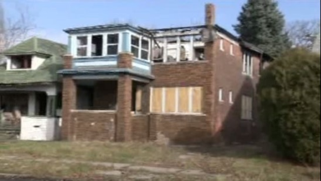 Vacant house fire traps Detroit