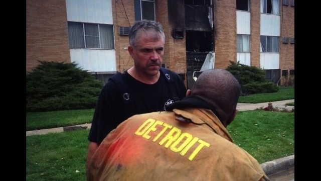 Detroit-firefighter-saves-apartment-residents.jpg_23085042