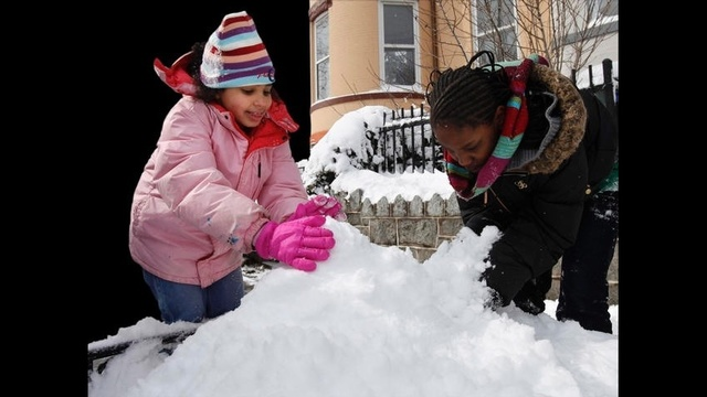 Kids-playing-in-the-snow.jpg_18419448