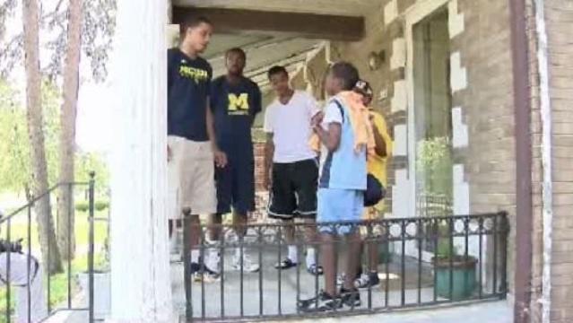 Lemonade entrepreneurs with U-M basketball players