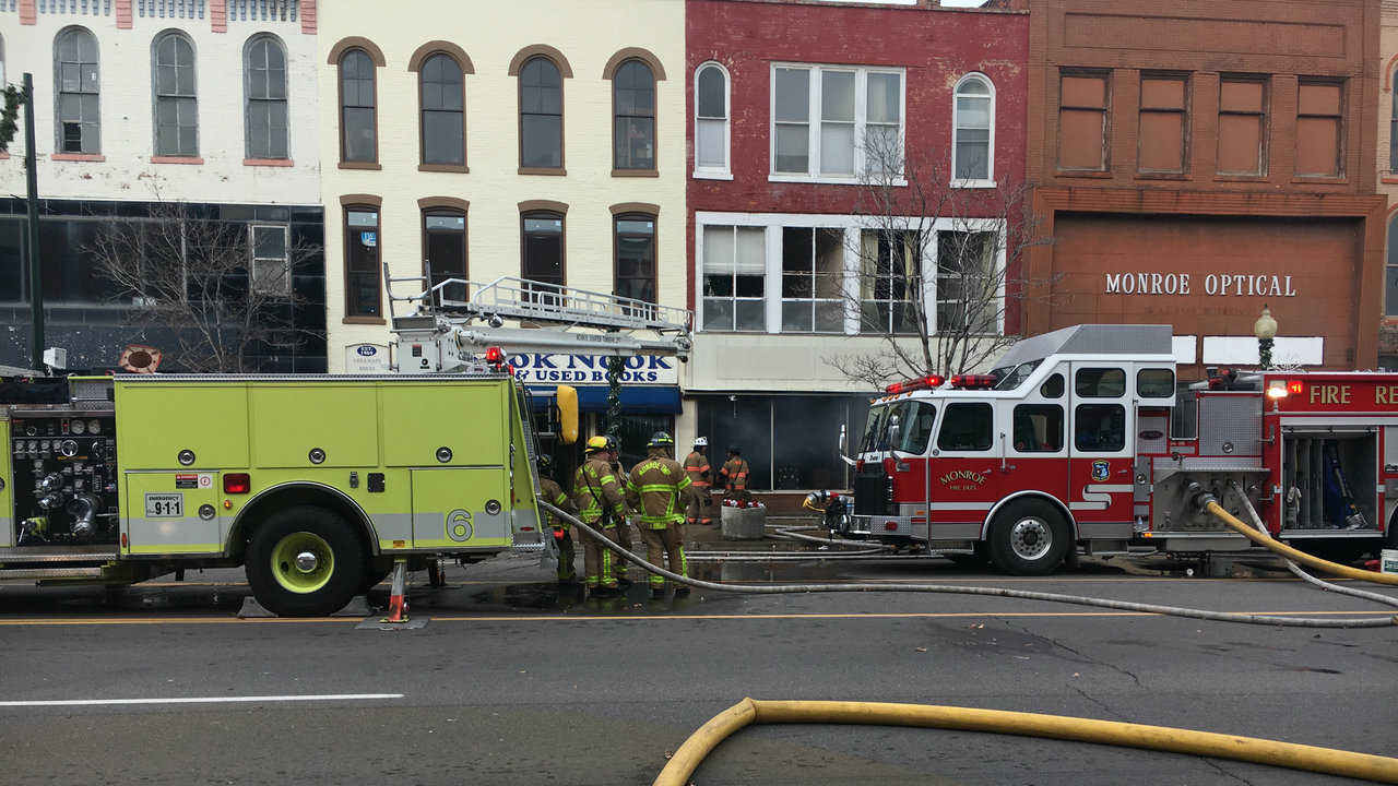 Monroe apartment fire displaces 6 families, crews work to douse fire