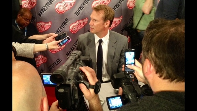 Bernie Smilovitz asking the tough questions at the Nicklas Lidstrom retirement press conference_14412456