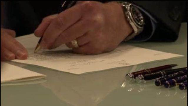 Bill signing_17834650
