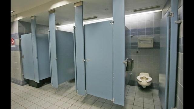 Men's bathroom_17958630