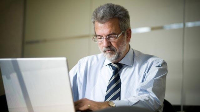 businessman using laptop computer_1648716