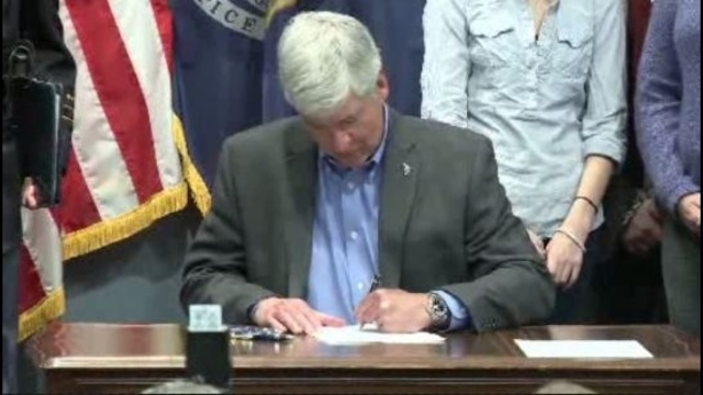 Rick Snyder signs Kelsey's Law_18054976