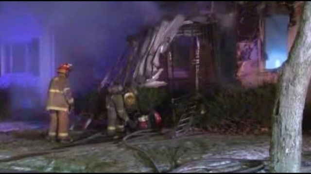5 hurt in house fire_23446734