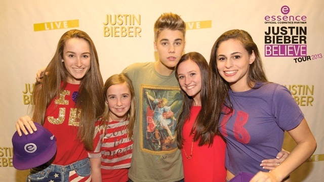 Justin Bieber with fans_20928414
