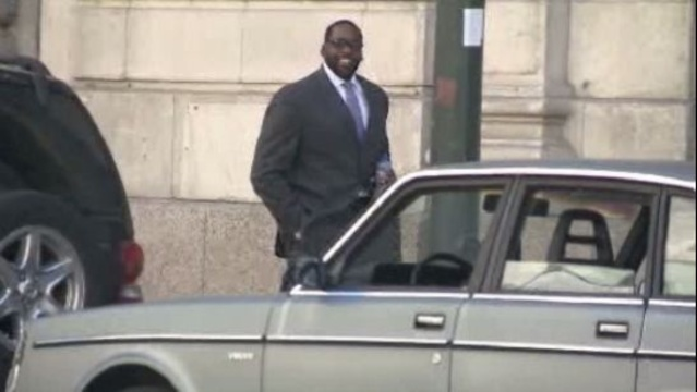 Kwame Kilpatrick outside Detroit court for jury selection_16580916