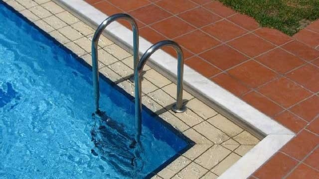 ladder into swimming pool_10396318