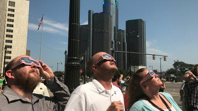 Detroit-eclipse-watchers-5.jpg