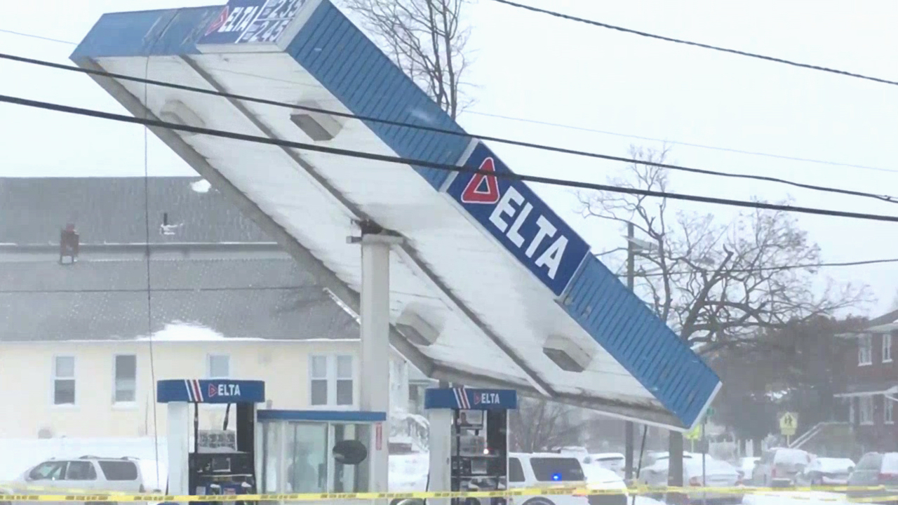 Video Gas Station Roof Topples Over Due To Powerful Winds