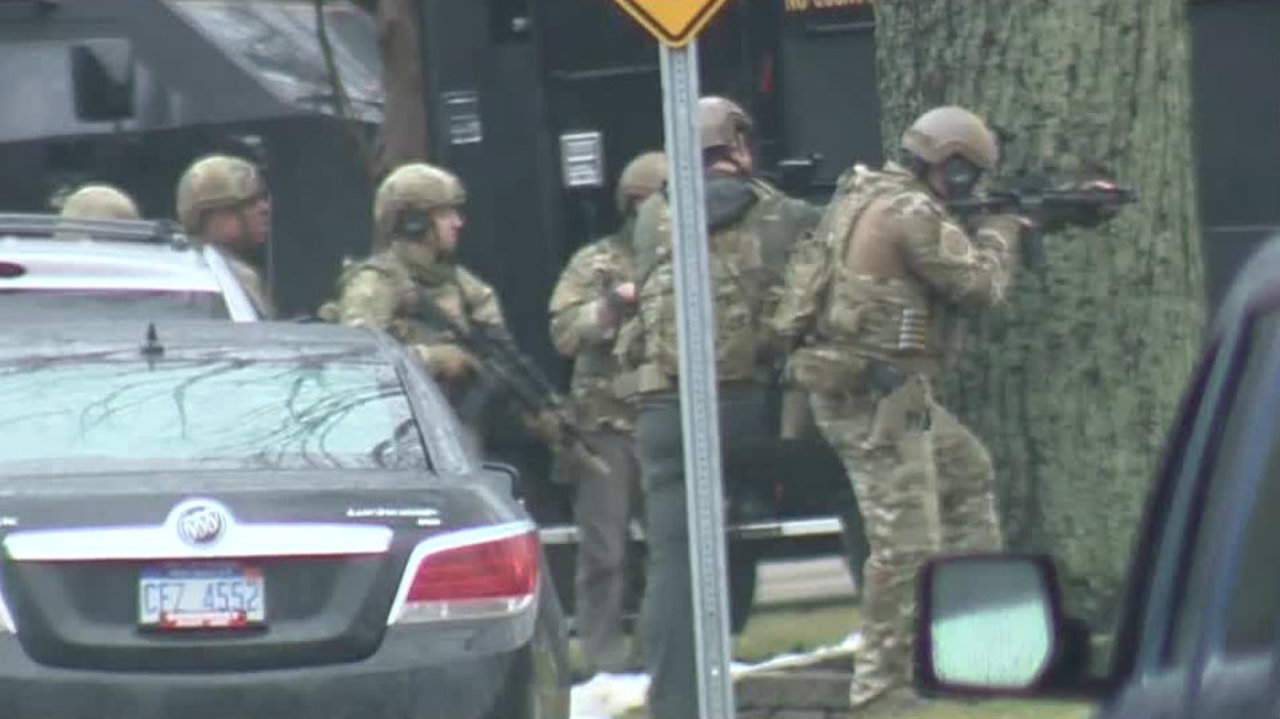 Gunman taken into custody after standoff with police inside for Wong s garden troy mi