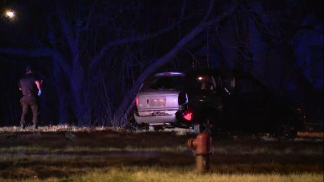 2 children hurt in crash on Chalmers in Detroit
