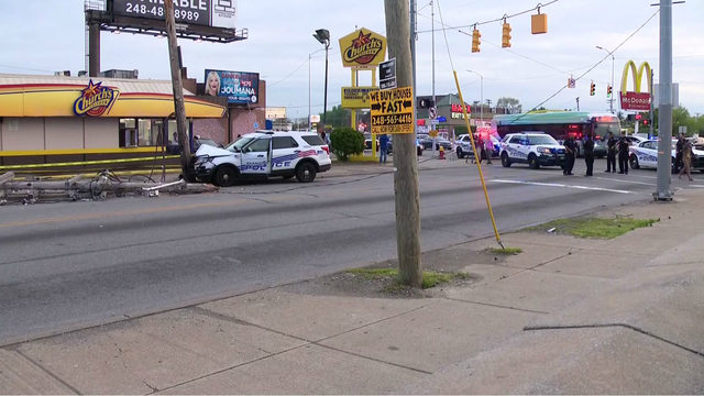 Detroit police officer loses control of cruiser, crashes into pole on…