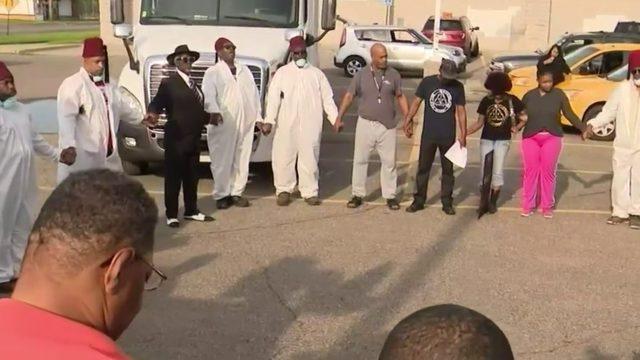 Volunteers search for evidence against Detroit serial killer