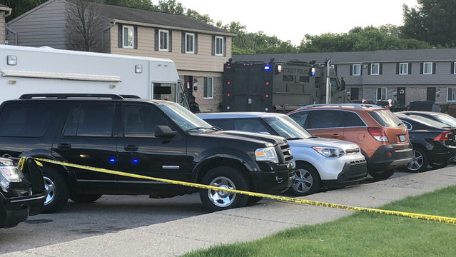 Murder suspect barricades self in Taylor townhouse when Detroit police…