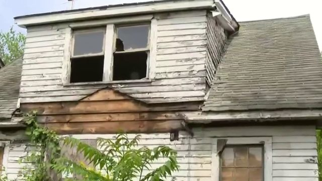 Crews, Detroiters work to board up vacant homes in midst of serial killer case