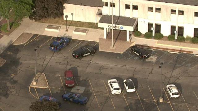 Wayne police: Man robs Chase Bank, flees scene on foot