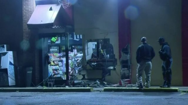 Car crashes into building in attempted smash-and-grab in Warren